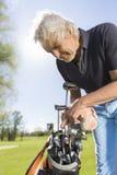 Закройте вверх мужского игрока в гольф принимая гольф-клуб Стоковые Изображения RF