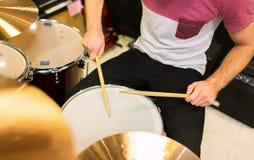 Закройте вверх мужского музыканта играя на наборе барабанчика Стоковые Фотографии RF