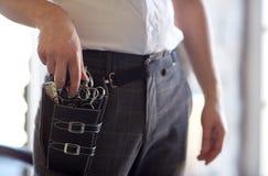 Закройте вверх мужского стилизатора с случаем инструмента на салоне Стоковое Фото