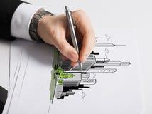 Закройте вверх мужской руки с диаграммой чертежа ручки Стоковые Фотографии RF
