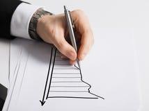 Закройте вверх мужской руки с диаграммой чертежа ручки Стоковое Изображение