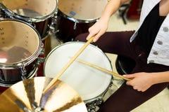 Закройте вверх музыканта играя цимбалы на наборе барабанчика Стоковое Изображение