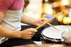 Закройте вверх музыканта или барабанщика играя набор барабанчика Стоковое Изображение RF