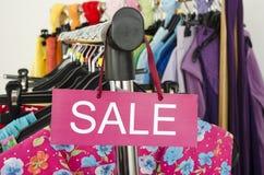 Закройте вверх на большом знаке продажи для одежд лета Стоковая Фотография