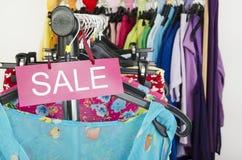 Закройте вверх на большом знаке продажи для одежд лета Стоковые Изображения RF
