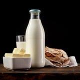 Закройте вверх на блюде сцены масла, молока и хлеба Стоковые Фото