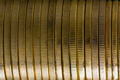 Закройте вверх на горизонтальном стоге золотых монеток Стоковые Изображения RF