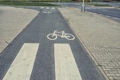 Закройте вверх на дорожном знаке велосипеда на улице Стоковые Изображения RF
