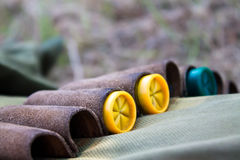 Закройте вверх на желтых и зеленых пулях в куртке охотника Стоковые Изображения