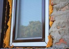 Закройте вверх на изоляции окна с пеной Установка Windows Стоковое фото RF