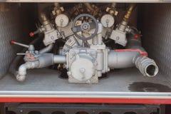 Закройте вверх на механиках пожарной машины Промышленный, клапаны, механики стоковое фото rf