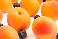Закройте вверх на мягких свежих абрикосе и голубиках Стоковые Фотографии RF