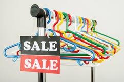 Закройте вверх на пустых вешалках и большом знаке продажи Стоковое фото RF