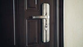 Закройте вверх на ручке двери по мере того как дверь раскрыта Символ новой надежды, новых стартов и делать вход акции видеоматериалы