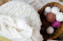 Закройте вверх на сплетенных свитере или кардигане ремесленничества вязать белых Стоковые Изображения