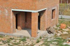 Закройте вверх на строительной площадке дома кирпича с термальным entrace наводить и кирпича со столбцом стоковые фотографии rf