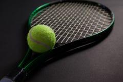Закройте вверх дневных желтых ракетки и шарика тенниса Стоковое Фото