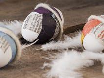 Закройте вверх некоторых ультрамодных selfmade пасхальных яя стоковые фотографии rf