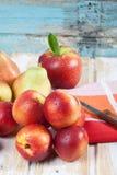 Закройте вверх нектаринов, яблок и груш с салфеткой и ножом Стоковые Фотографии RF
