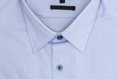 закройте вверх новой рубашки дела для людей на белизне Стоковое Изображение