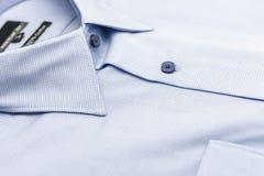 закройте вверх новой рубашки дела для людей на белизне Стоковые Изображения RF