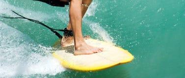 Закройте вверх ноги и ноги серферов более низкие Стоковое фото RF