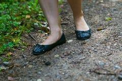 Закройте вверх ног девушки идя в лес Стоковое фото RF