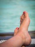 Закройте вверх ног женщины бассейном Стоковые Изображения RF