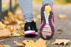 Закройте вверх ног женщины нося тапки в осени Стоковое фото RF