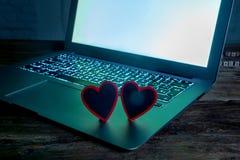 Закройте вверх ноутбука и сообщения любов в датировать пребывания соединенный, онлайн или ходить по магазинам на день Святого Вал стоковые изображения rf