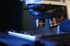 Закройте вверх объективов микроскопа Стоковое фото RF