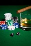 Закройте вверх обломоков, кости, вискиа и сигары на таблице Стоковые Изображения RF
