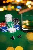 Закройте вверх обломоков, кости, вискиа и сигары на таблице Стоковое фото RF