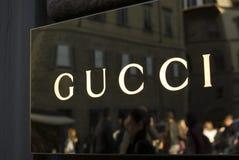 Закройте вверх логотипа Gucci на входе магазина Стоковая Фотография RF