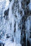 Закройте вверх огромных сосулек на стене утеса горы около водопада Стоковая Фотография RF