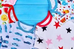 Закройте вверх одежд младенцев, скопируйте космос Стоковые Изображения