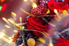 Закройте вверх одной красной розы с желтой гирляндой стоковое изображение rf