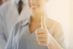 Закройте вверх доктора или медсестры показывая большие пальцы руки Стоковые Фотографии RF