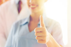 Закройте вверх доктора или медсестры показывая большие пальцы руки Стоковая Фотография RF