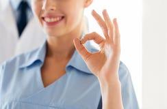 Закройте вверх доктора или медсестры показывая одобренный знак Стоковые Фотографии RF