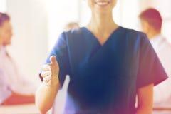 Закройте вверх доктора достигая вне руку на больнице Стоковая Фотография