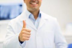 Закройте вверх доктора показывая большие пальцы руки вверх на больнице Стоковая Фотография