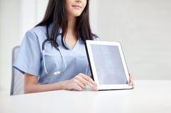 Закройте вверх доктора показывая рентгеновский снимок на ПК таблетки Стоковые Изображения
