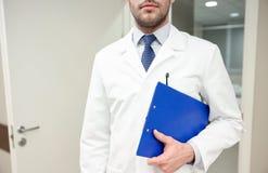 Закройте вверх доктора с доской сзажимом для бумаги на больнице Стоковое Изображение