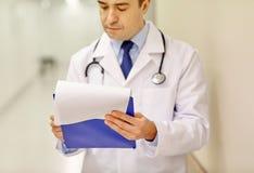 Закройте вверх доктора с доской сзажимом для бумаги на больнице Стоковая Фотография RF