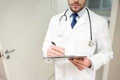 Закройте вверх доктора с доской сзажимом для бумаги на больнице Стоковые Фотографии RF
