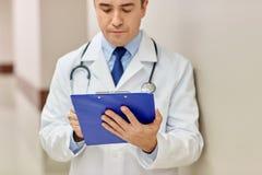 Закройте вверх доктора с доской сзажимом для бумаги на больнице Стоковое Изображение RF