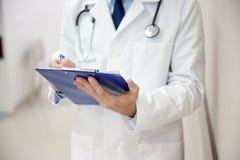 Закройте вверх доктора с доской сзажимом для бумаги на больнице Стоковые Изображения RF