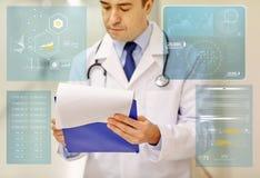 Закройте вверх доктора с доской сзажимом для бумаги на больнице Стоковое фото RF
