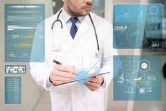 Закройте вверх доктора с доской сзажимом для бумаги на больнице Стоковая Фотография